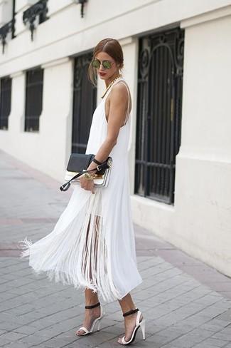Cómo combinar: vestido midi сon flecos blanco, sandalias de tacón de cuero en blanco y negro, cartera sobre de cuero en negro y blanco, gafas de sol verdes