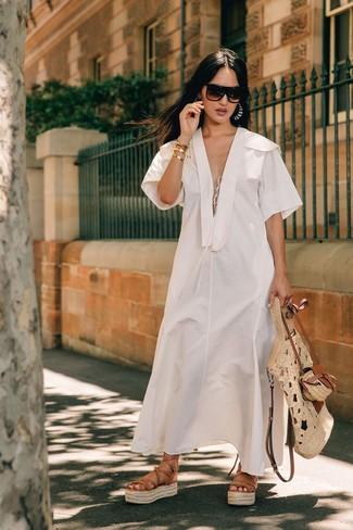 Cómo combinar: vestido midi de lino blanco, sandalias romanas de cuero marrón claro, bolsa tote de paja en beige, gafas de sol en marrón oscuro