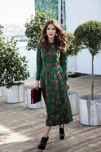 Cómo combinar: vestido midi con print de flores verde oscuro, botines con cordones de cuero burdeos, cartera sobre de cuero burdeos, pendientes dorados