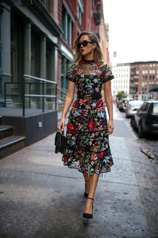 Un vestido midi de malla bordado negro y un cinturón de cuero negro de Saint Laurent son prendas que debes tener en tu armario. Zapatos de tacón de ante negros levantan al instante cualquier look simple.