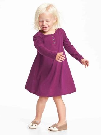 Cómo combinar: vestido morado, bailarinas marrón claro