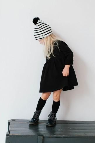 Cómo combinar: vestido negro, botas negras, gorro de rayas horizontales blanco, calcetines negros
