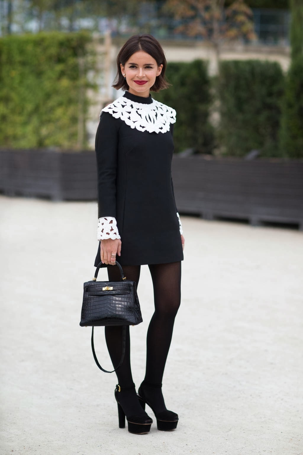 look de miroslava duma vestido de encaje negro y blanco. Black Bedroom Furniture Sets. Home Design Ideas