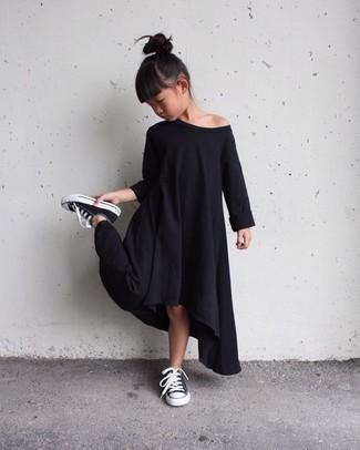 Cómo combinar: vestido negro, zapatillas negras