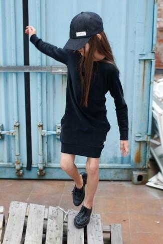 Cómo combinar: vestido negro, zapatos oxford negros, gorra de béisbol negra