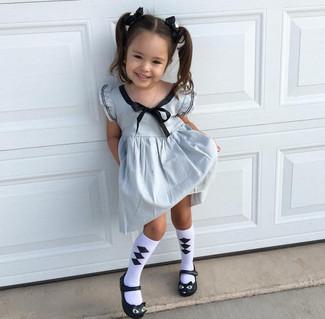 Cómo combinar: vestido plateado, bailarinas negras, calcetines en blanco y negro