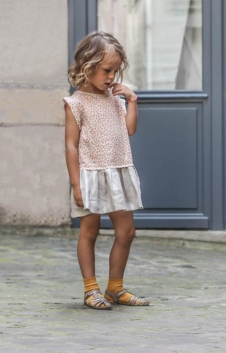 Cómo combinar: vestido plateado, sandalias plateadas, calcetines mostaza