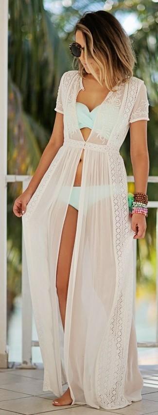 Cómo combinar: vestido playero de encaje blanco, top de bikini celeste, braguitas de bikini celestes, gafas de sol negras