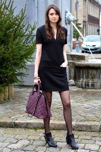 Cómo combinar: vestido recto acolchado negro, botines de cuero negros, bolsa tote de cuero morado
