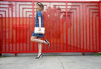 Cómo combinar: vestido recto de tartán azul, zapatos de tacón de cuero en negro y blanco, cartera sobre de cuero blanca, gafas de sol negras
