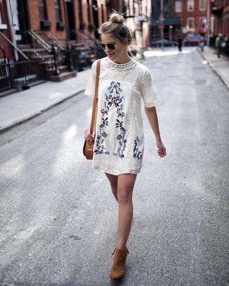 Cómo combinar: vestido recto bordado blanco, botines de ante en tabaco, bolso bandolera de cuero marrón claro, gafas de sol negras