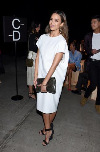 Look de Jessica Alba: Vestido recto blanco, Sandalias con cuña de ante negras, Cartera sobre de cuero con print de serpiente en gris oscuro