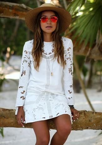 Cómo combinar: vestido recto de encaje blanco, sombrero de paja marrón claro, gafas de sol rojas, colgante dorado