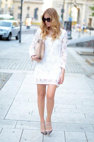 Cómo combinar un bolso bandolera de cuero en beige: Empareja un vestido recto de encaje blanco junto a un bolso bandolera de cuero en beige transmitirán una vibra libre y relajada. Este atuendo se complementa perfectamente con zapatos de tacón de cuero con tachuelas grises.