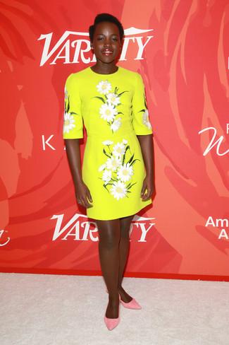 Look de Lupita Nyong'o: Vestido recto bordado amarillo, Bailarinas de cuero rosadas