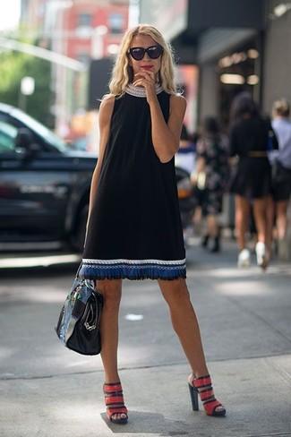 Cómo combinar: vestido recto bordado negro, sandalias de tacón de cuero rojas, bolsa tote de cuero negra