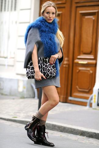 Cómo combinar: vestido recto de lana gris, botas planas con cordones de cuero negras, cartera sobre de ante de leopardo blanca, bufanda de pelo azul
