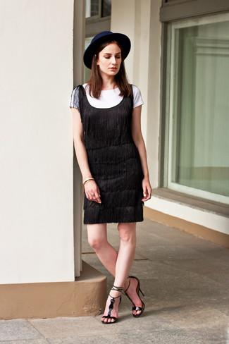 Cómo combinar: vestido recto сon flecos negro, camiseta con cuello circular blanca, sandalias de tacón de cuero negras, sombrero de lana azul marino