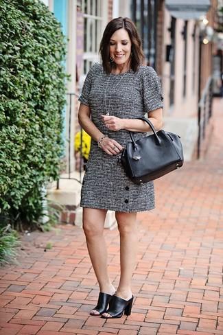 Cómo combinar unas chinelas de cuero negras: Ponte un vestido recto de tweed gris para un conjunto de oficina con estilo. Chinelas de cuero negras son una opción estupenda para complementar tu atuendo.