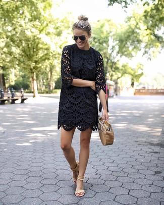 Cómo combinar: vestido recto con ojete negro, sandalias de tacón de ante en beige, cartera sobre de paja marrón claro