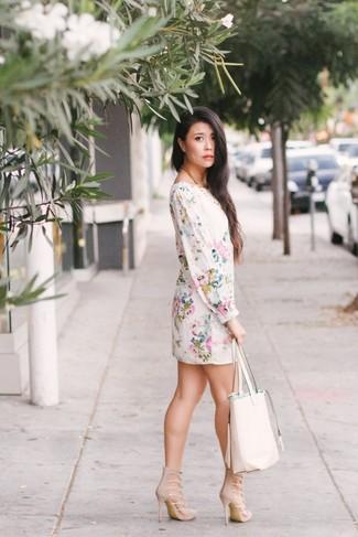 Cómo combinar: vestido recto con print de flores blanco, sandalias de tacón de ante en beige, bolsa tote de cuero blanca