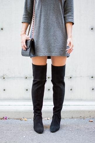 Cómo combinar: vestido recto con relieve gris, botas sobre la rodilla de ante negras, bolso bandolera de cuero acolchado negro