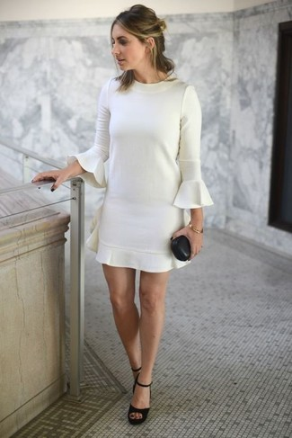 Cómo combinar: vestido recto con volante blanco, sandalias de tacón de ante gruesas negras, pulsera dorada