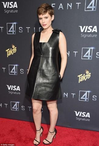 Look de Kate Mara: Vestido Recto de Cuero Negro, Sandalias de Tacón de Cuero Negras