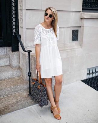 Cómo combinar: vestido recto de encaje blanco, sandalias de tacón de ante marrón claro, bolsa tote con cuentas negra