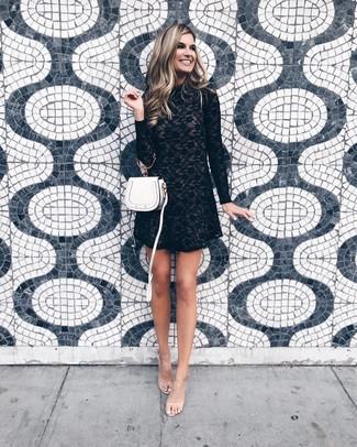 Cómo combinar: vestido recto de encaje negro, sandalias de tacón de goma transparentes, bolso bandolera de cuero blanco