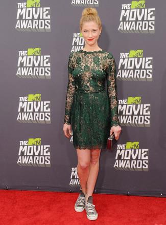 Cómo combinar: vestido recto de encaje verde oscuro, zapatillas altas de lona grises, cartera sobre negra