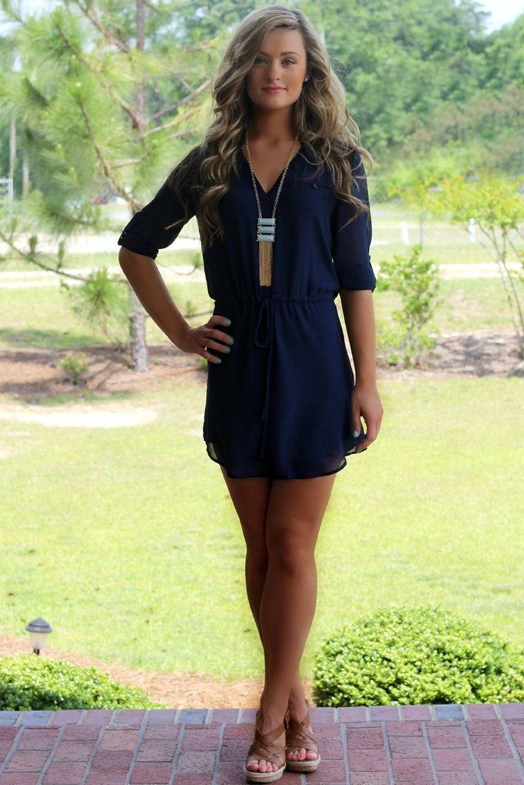 Look vestido azul marino corto