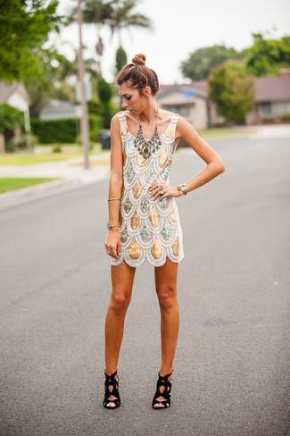 Haz de un vestido recto de lentejuelas dorado tu atuendo para lograr un estilo informal elegante. Sandalias de tacón de ante negras son una opción estupenda para completar este atuendo.