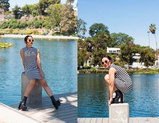 Cómo combinar: vestido recto de rayas horizontales en blanco y negro, botines de cuero gruesos negros, gafas de sol en beige