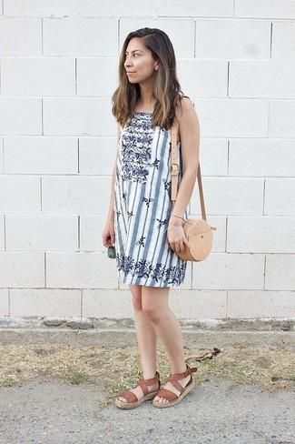 Cómo combinar: vestido recto de rayas verticales blanco, sandalias planas de cuero marrónes, bolso bandolera de cuero marrón claro