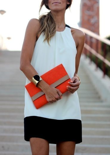 0ab8b7549 Cómo combinar: vestido recto en blanco y negro, cartera sobre de ante  naranja,