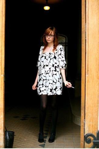 Utiliza un vestido recto estampado en blanco y negro para un almuerzo en domingo con amigos. Completa el look con zapatos de tacón negros.