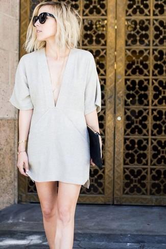 Cómo combinar: vestido recto gris, cartera sobre de cuero negra, gafas de sol negras
