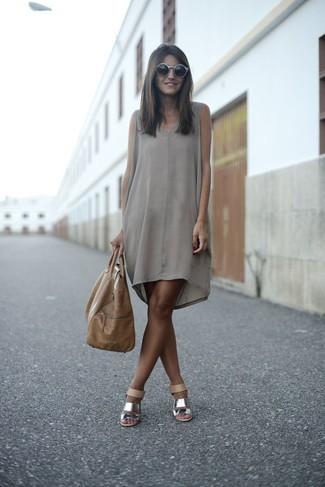Cómo combinar: vestido recto de seda gris, sandalias de tacón de cuero plateadas, bolsa tote de cuero marrón claro, gafas de sol grises