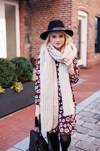 Cómo combinar: vestido recto con print de flores burdeos, mochila de cuero negra, sombrero de lana negro, bufanda de punto en beige