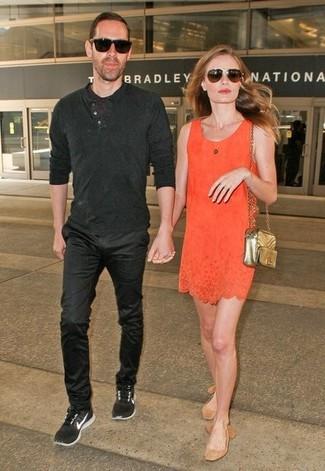 Cómo combinar: vestido recto naranja, bailarinas de ante marrón claro, bolso bandolera de cuero acolchado dorado, gafas de sol en marrón oscuro