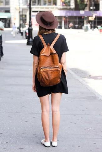 Cómo combinar: vestido recto negro, bailarinas de cuero blancas, mochila de cuero en tabaco, sombrero de lana en marrón oscuro