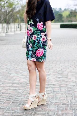 Cómo combinar: vestido recto con print de flores negro, sandalias con cuña de elástico en beige, bolso bandolera de cuero blanco, reloj dorado