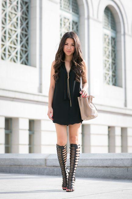Muestra tu lado sofisticado con un vestido recto negro. Sandalias romanas  altas añaden un toque