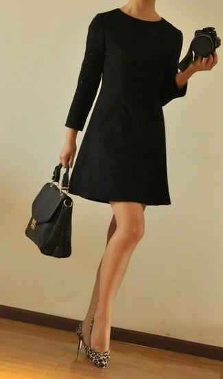 Cómo combinar: vestido recto negro, zapatos de tacón de pelo de becerro de leopardo marrón claro, bolso de hombre de cuero negro