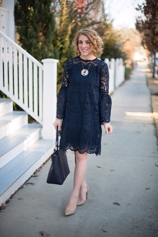 Cómo combinar: vestido recto de crochet negro, zapatos de tacón de cuero marrón claro, bolsa tote de cuero negra, colgante dorado