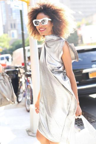 Cómo combinar: vestido recto plateado, cartera de cuero plateada, gafas de sol en negro y blanco