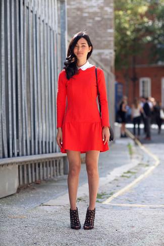 Cómo combinar: vestido recto rojo, botines de cuero con recorte negros, bolso bandolera de cuero negro