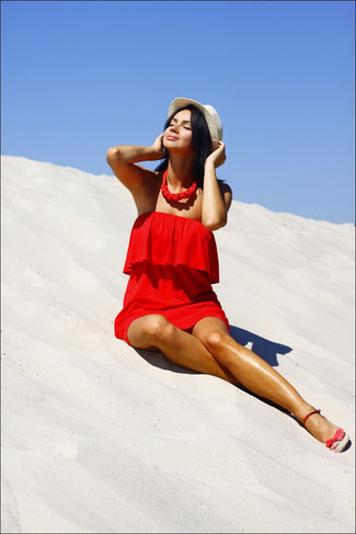 Cómo combinar: vestido recto rojo, sandalias con cuña de ante rojas, sombrero de paja en beige, collar rojo