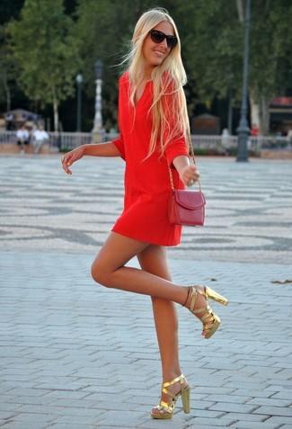 Cómo combinar: vestido recto rojo, sandalias de tacón de cuero doradas, bolso bandolera de cuero burdeos, gafas de sol negras